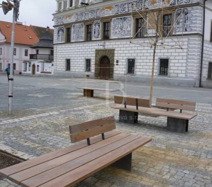 Stříbro – realizace dubových lavic na náměstí